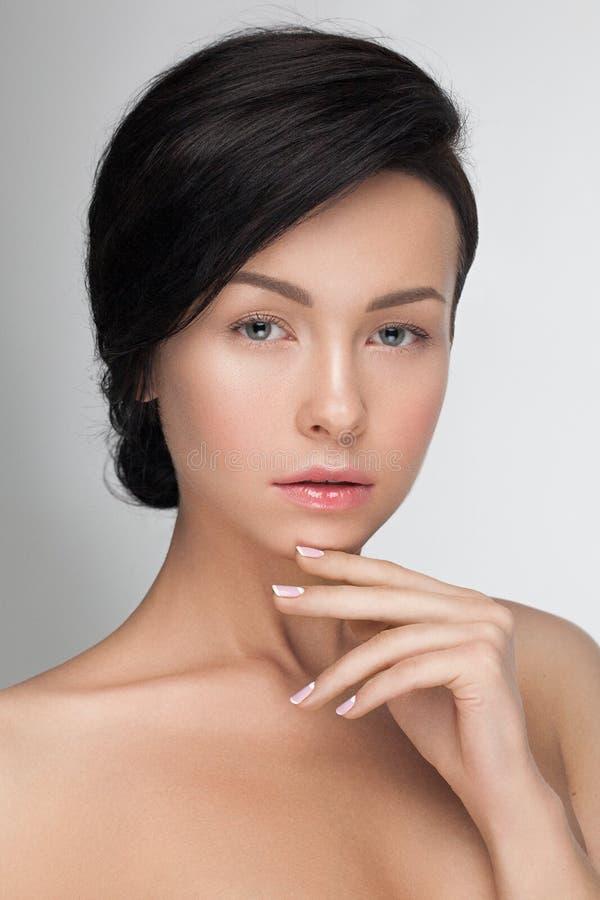 PPortrait closeup av en ung sinnlig attraktiv modellkvinna som ser kameran royaltyfri bild