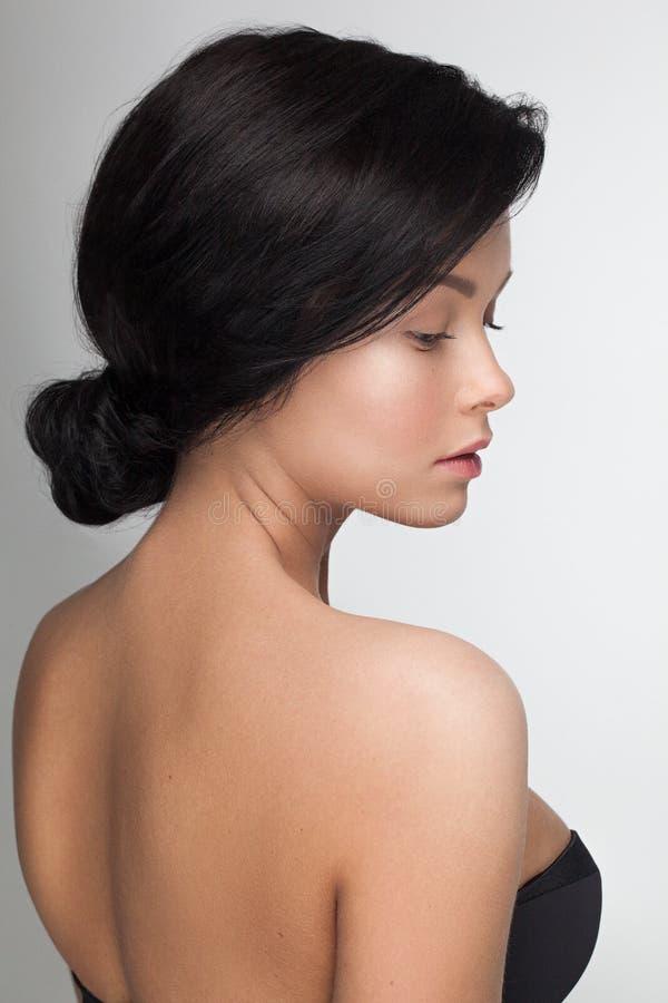 PPortrait closeup av en ung sinnlig attraktiv modellkvinna som ser kameran arkivfoto
