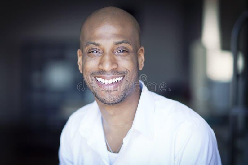 PPortrait van het Rijpe Zwarte Mens Glimlachen stock foto