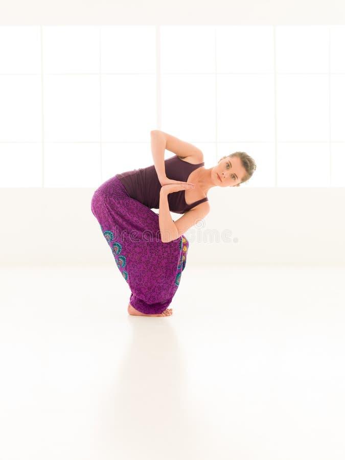 Práctica avanzada de la yoga imagen de archivo