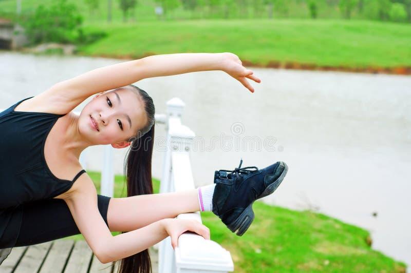 Práctica de la muchacha de la danza del río imagen de archivo