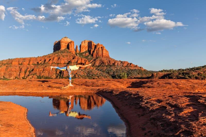 Práctica de la yoga de Sedona Arizona de la roca de la catedral imagen de archivo libre de regalías