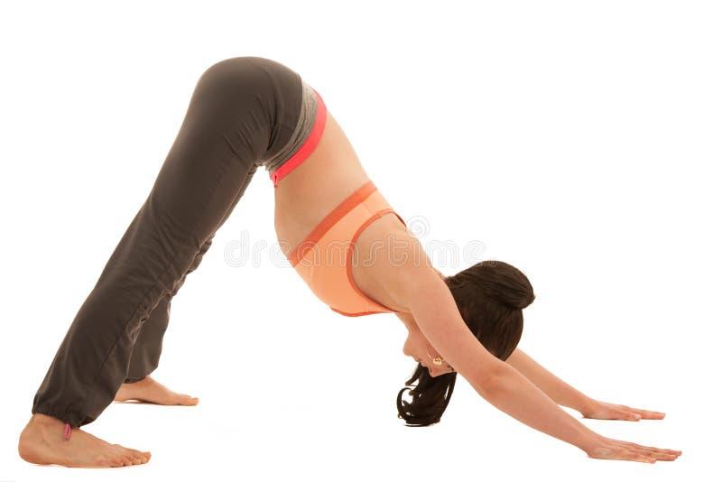 Práctica de la yoga - mujer joven hermosa con el ejercicio y del pelo negro imagen de archivo libre de regalías