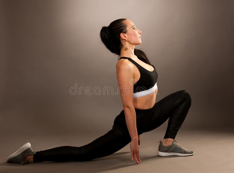 Práctica de la yoga - mujer joven hermosa con el ejercicio y del pelo negro fotos de archivo libres de regalías