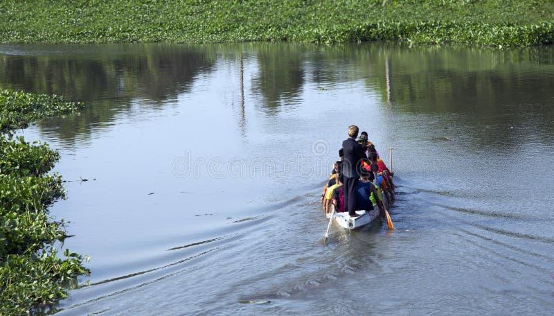 Práctica del equipo de deporte del barco de rowing en el río en al aire libre foto de archivo libre de regalías