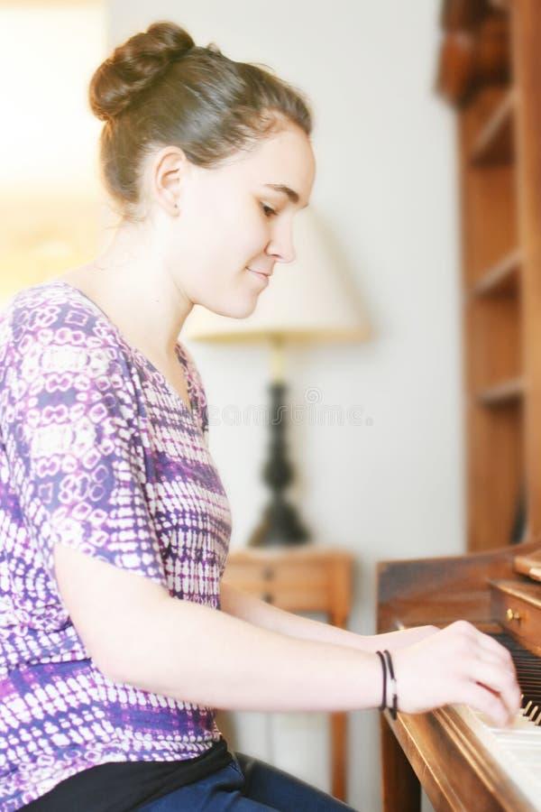 Práctica del piano foto de archivo