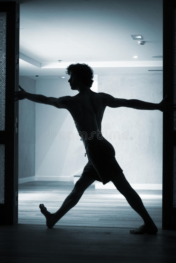 Práctica del profesor de la yoga del hombre foto de archivo