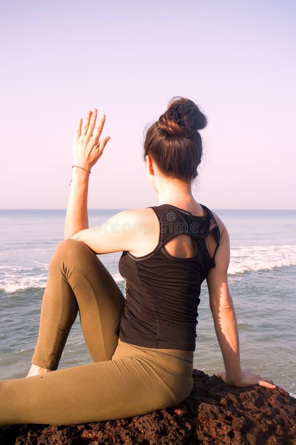 Práctica maravillosa de la yoga en la orilla del Océano Índico imagen de archivo