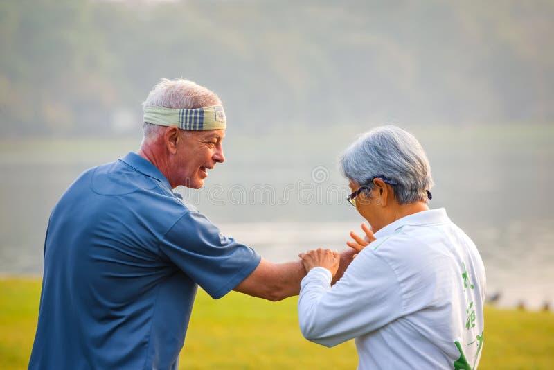 Práctica Tai Chi Chuan de la gente en un parque imagen de archivo libre de regalías