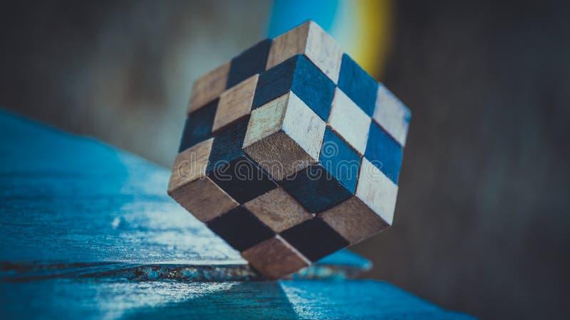 Prática de madeira da solução do cubo do enigma do ` s de Rubik imagem de stock