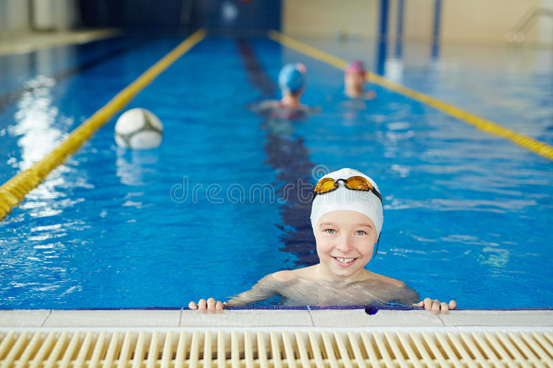 Prática de Waterpolo para crianças fotografia de stock royalty free