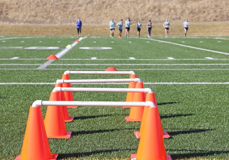 Prática do futebol com cones alaranjados foto de stock