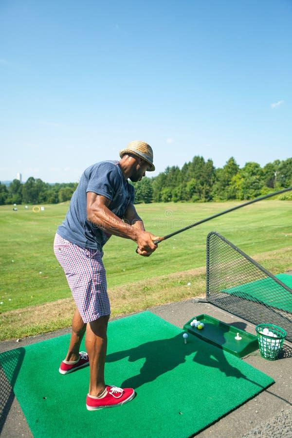 Prática do golfe no driving range imagem de stock