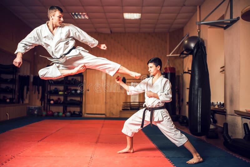 A prática dos mestres das artes marciais retrocede dentro o salto imagem de stock