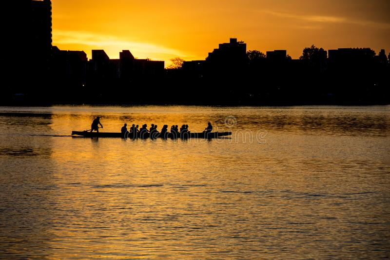 Prática em Canoe e Kayak no rio Charles, em Boston foto de stock