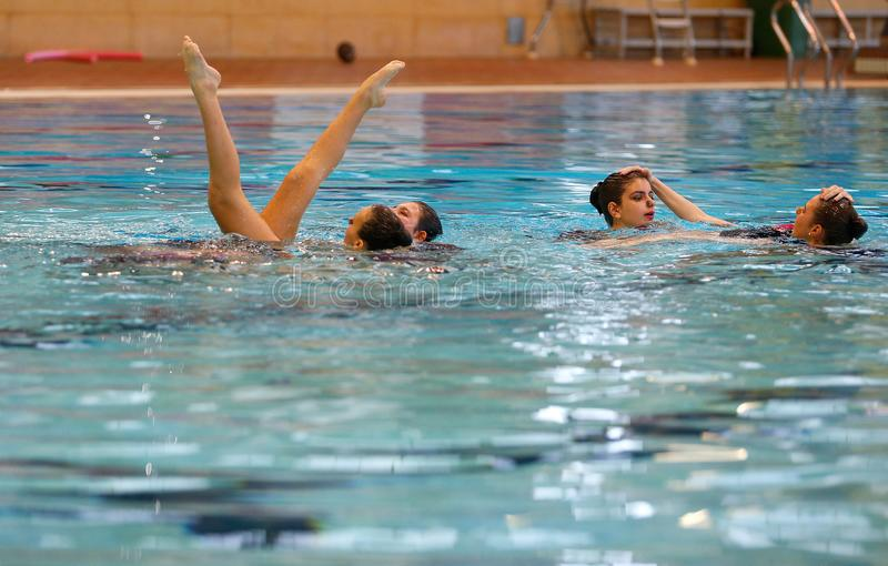 Prática local nadadora sincronizado da equipe de Mallorca imagem de stock