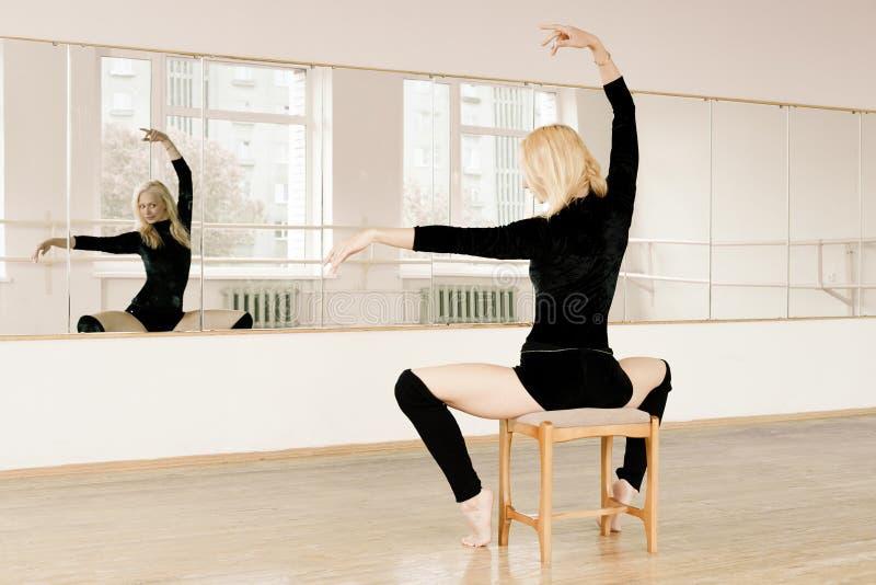 Prática no quarto do aerobics fotos de stock royalty free