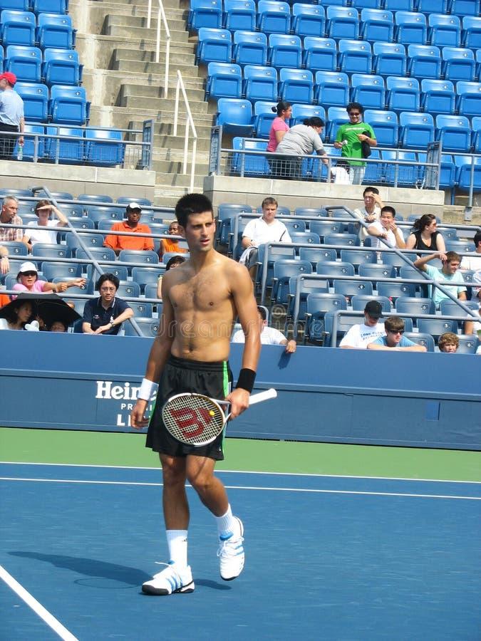 Práticas profissionais de Novak Djokovic do jogador de tênis para o US Open imagem de stock