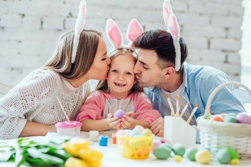 Próbowaliśmy robić wakacje dla was Uroczy rodzinni farby Easter jajka wpólnie Szczęśliwa mała dziewczynka trzyma Easter jajko w r obraz stock