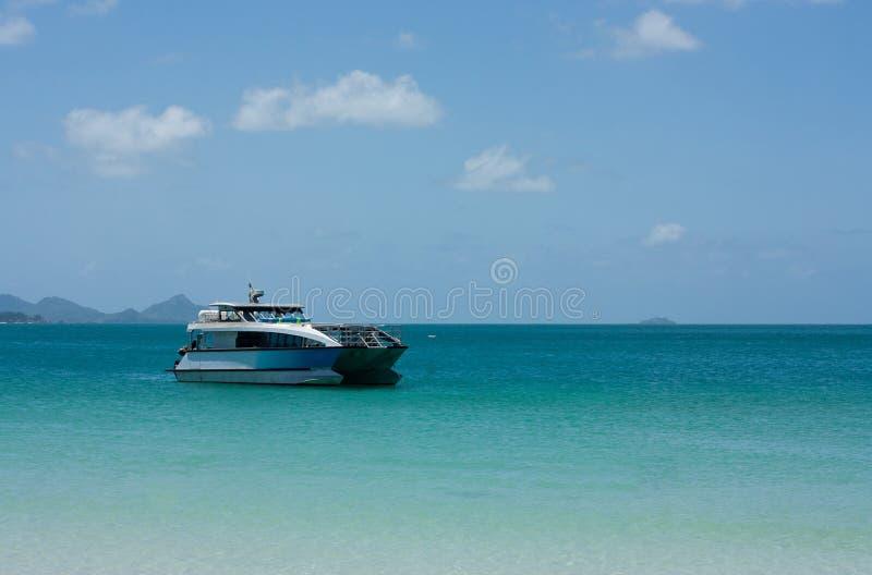 Prędkości łódź zakotwiczał przy Whitehaven plażą w Whitsundays obraz stock