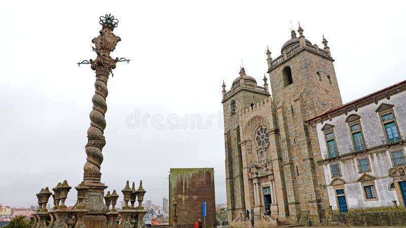 Pręgierz przy Biskupim pałac z Porto katedrą, Portugalia fotografia stock