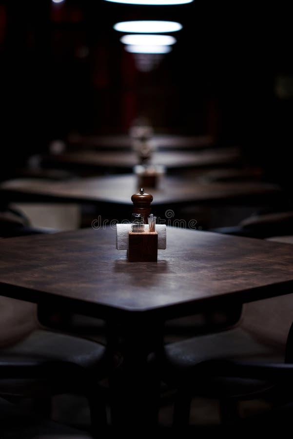 Prętowi drewniani stoły z rzędu z pieprzem, solankowy potrząsacz, wykałaczki, wytarcia fotografia royalty free