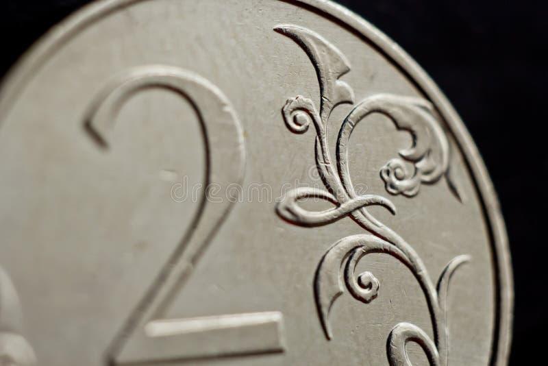 Prägen Sie zwei russische Rubel Makro-, die auf schwarzem Hintergrund lokalisiert werden Detail des Münzeabschlusses oben Geld de stockbilder