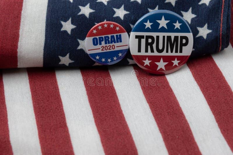 Präsidentenausweis Oprah 2020 und Ausweis des Trumpfs 2020 gegen Flagge Vereinigter Staaten stockfotografie
