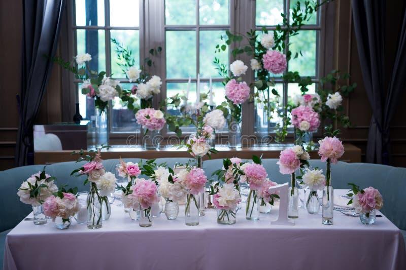 Präsidium, Hochzeitstafel für ein Paar oder zwei innen Formal, Heirat stockbild