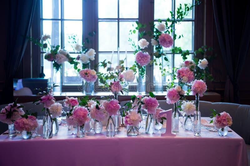 Präsidium, spezielle Hochzeitstafel für ein Paar oder zwei innen Formal, Heirat lizenzfreies stockbild