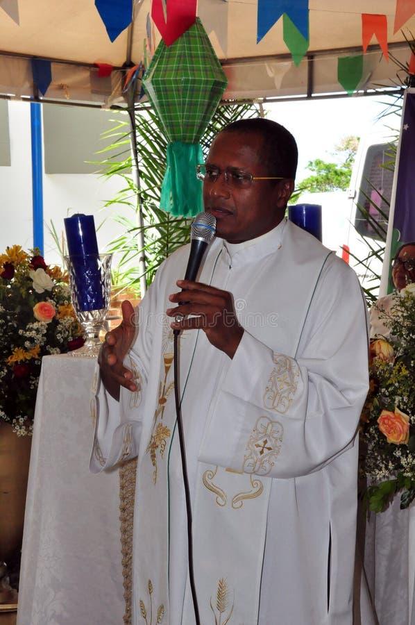 Präst som rymmer katolsk mass royaltyfri fotografi