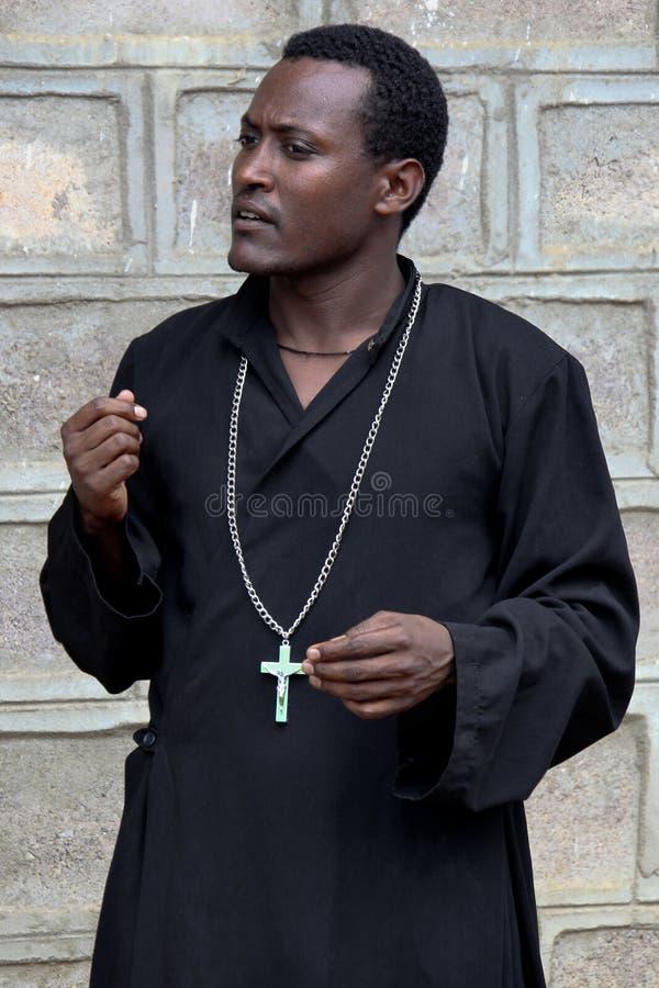 Prästen från den etiopiska ortodoxa kyrkan royaltyfri fotografi