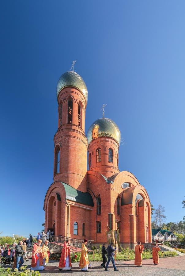 Prästen går runt om kyrkan med troendena Ortodoxkyrka i Ukraina royaltyfri fotografi