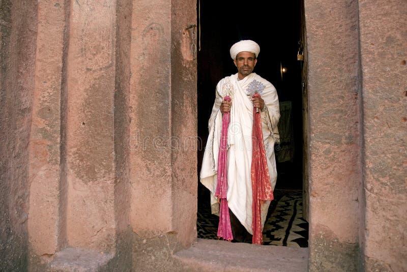 Prästen på forntida vaggar hewn kyrkor av lalibelaen ethiopia fotografering för bildbyråer
