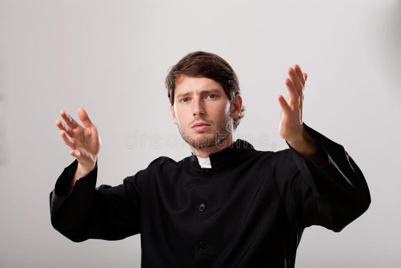 Prästen predikar en predikan arkivbild