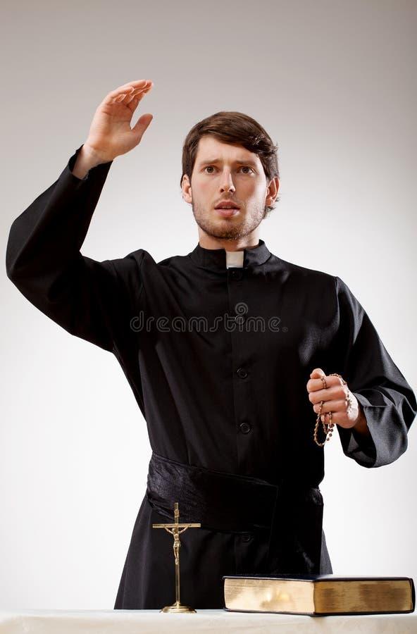 Prästen predikar en predikan royaltyfria bilder