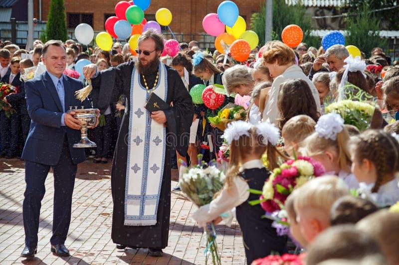 Prästen strilar folkmassan med heligt vatten Balashikha Ryssland royaltyfria bilder