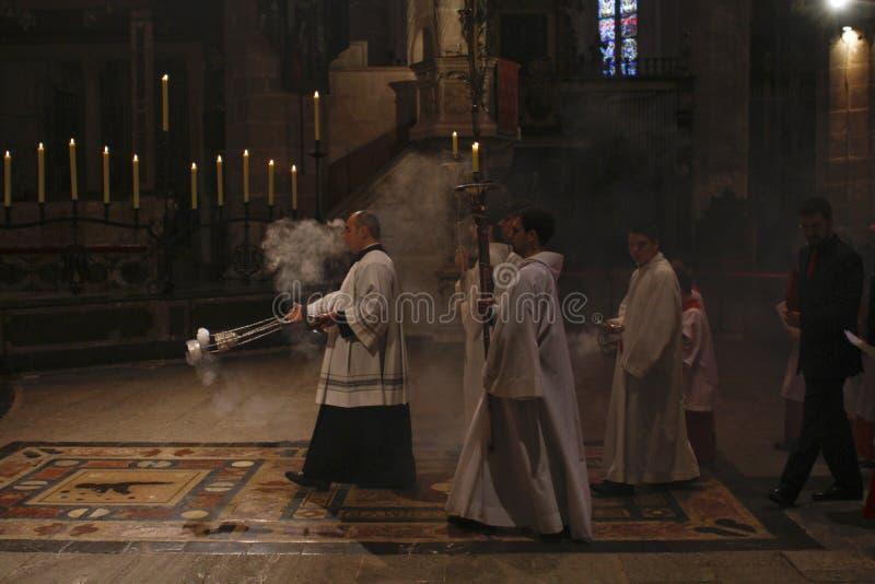 Präster på mass i den Palma de Mallorca domkyrkan royaltyfri bild