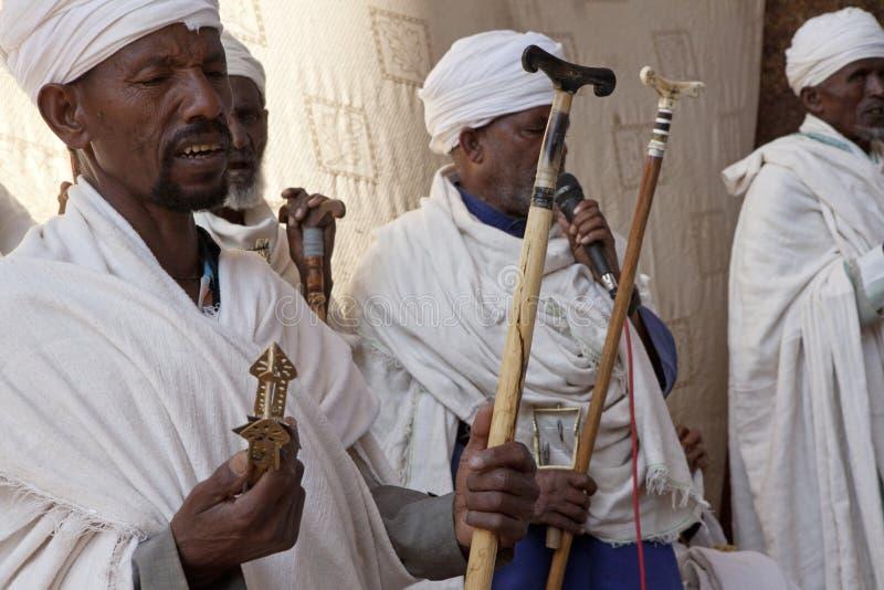 Präster som ber, Lalibela royaltyfria foton