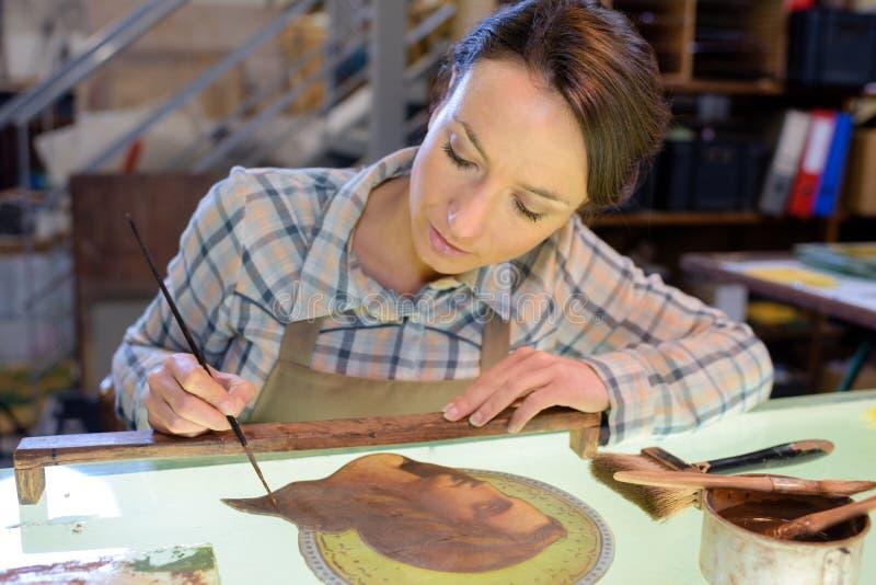 Präzision in der Glaskunst stockbild