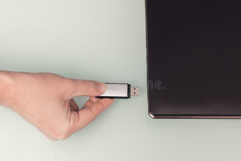 Pråligt minne för USB metall förestående med den förbindelseanteckningsbokdatoren arkivbild