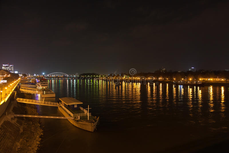 Pråm och natten tänder på den Dunai floden royaltyfri fotografi