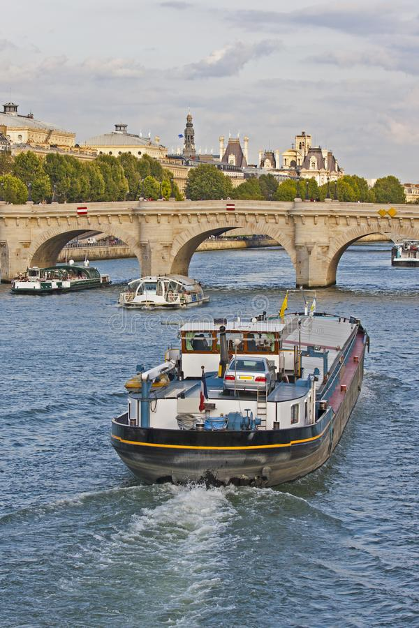 Pråm på floden Seine - Paris - Frankrike royaltyfri fotografi