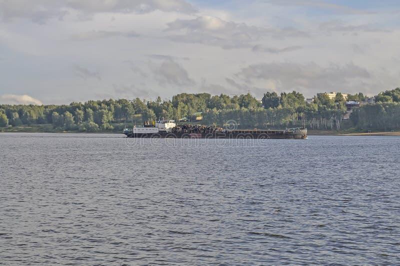 Pråm på Volgaet River i Kostroma royaltyfri bild