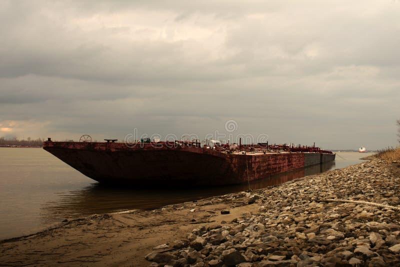 Pråm som förtöjas på kusten av Mississippiet River royaltyfria foton