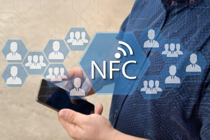 Près de la communication de champ Bouton de NFC sur l'écran tactile avec a images stock