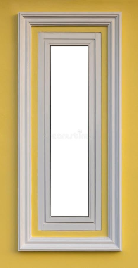 Près de la longue fenêtre blanche sur le mur jaune photographie stock libre de droits