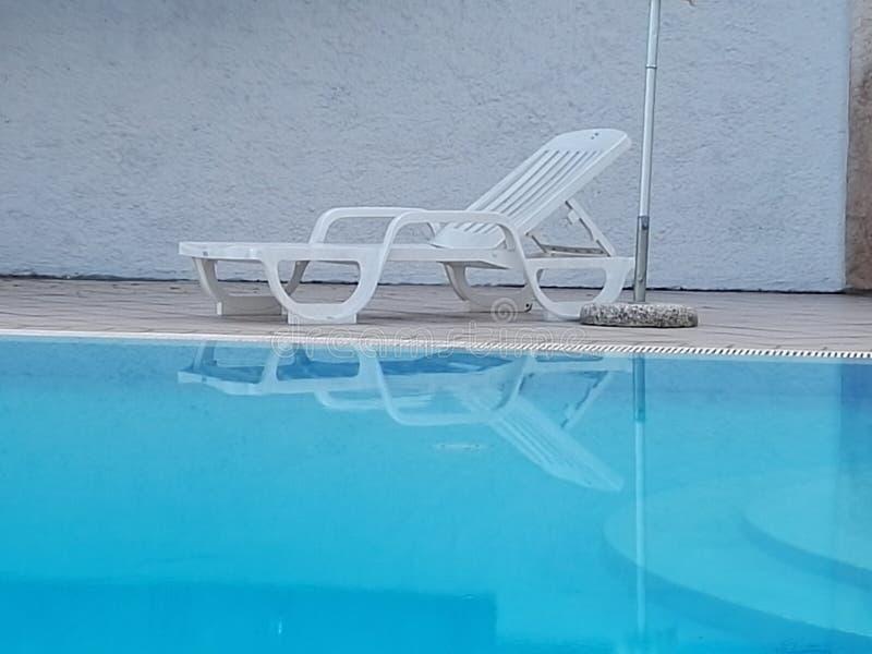Près de la piscine images stock