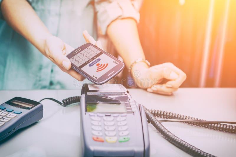 Près du paiement de téléphone portable de NFC de communication de champ image stock