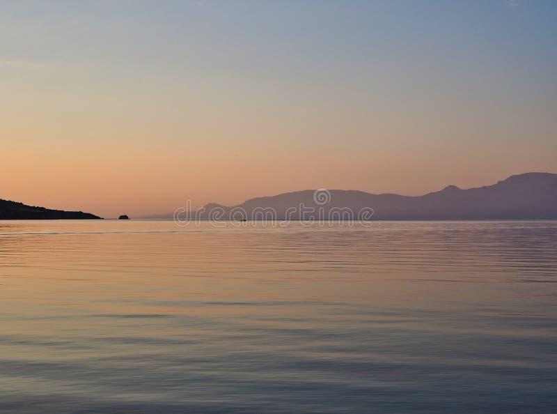 Pré aube de lever de soleil, le golfe de Corinthe, Grèce photographie stock libre de droits